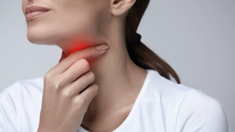 Как лечиться при боли в горле: медикаменты или народные методы?