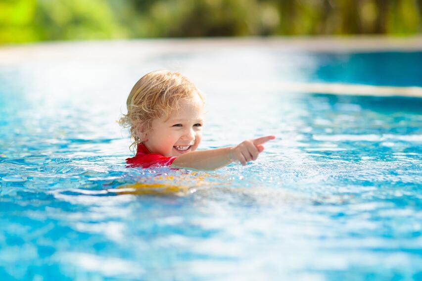 Почему детям опасно вытряхивать воду из ушей?