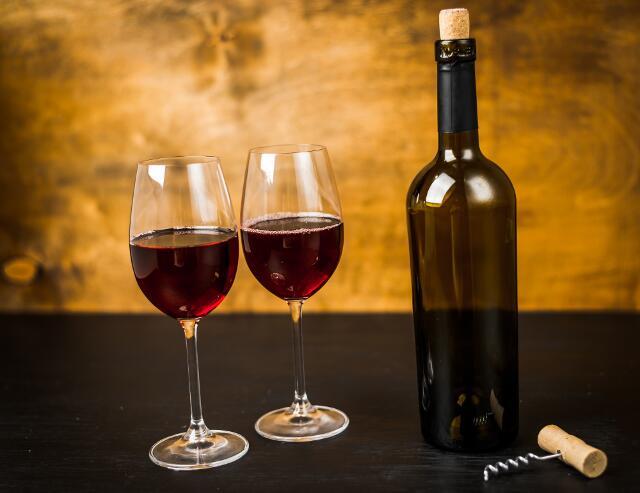 Восстановить микрофлору кишечника можно при помощи красного вина