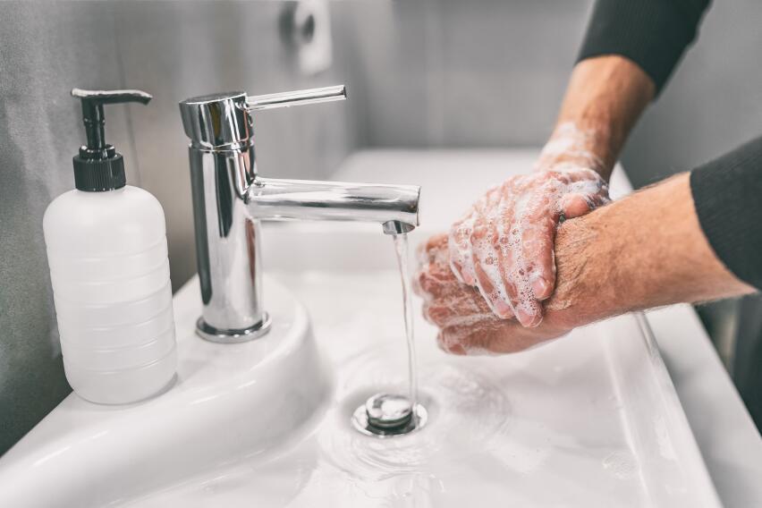 3 вредные привычки человека, которые позволяют микробам из ванной попасть в другие комнаты
