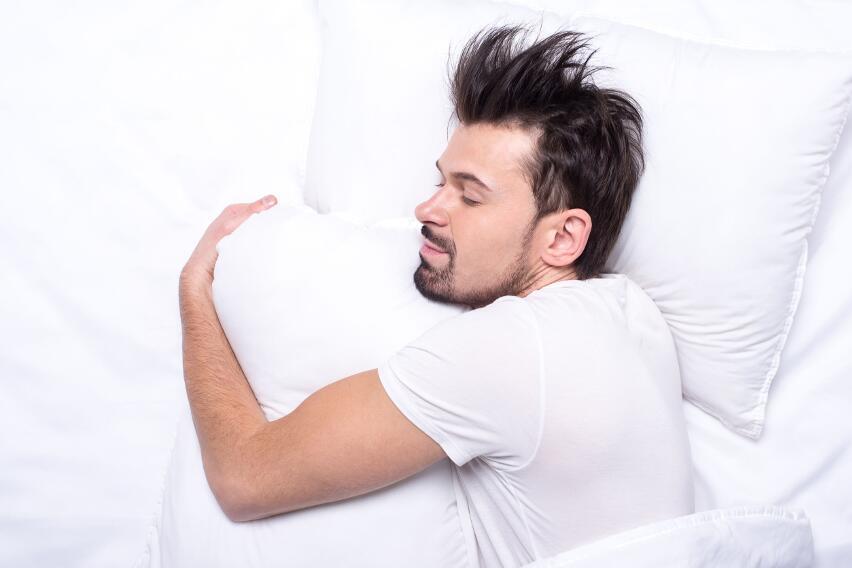 Почему полезно во время сна класть подушку между ног?